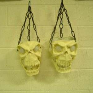 The chain is made of pipe cleaners and latex. http://www.born2haunt.com/B2HFlamingSkull.html